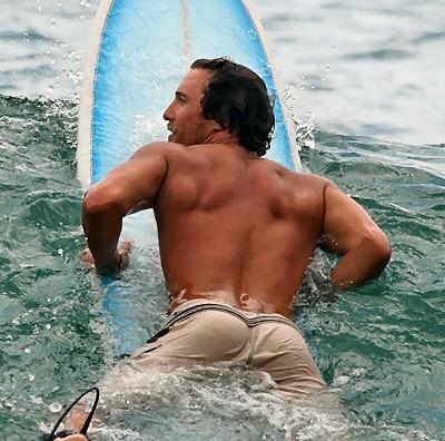 matthew mcconaughey surfing 2007 1 - vtipný obrázok - Kalerab.sk