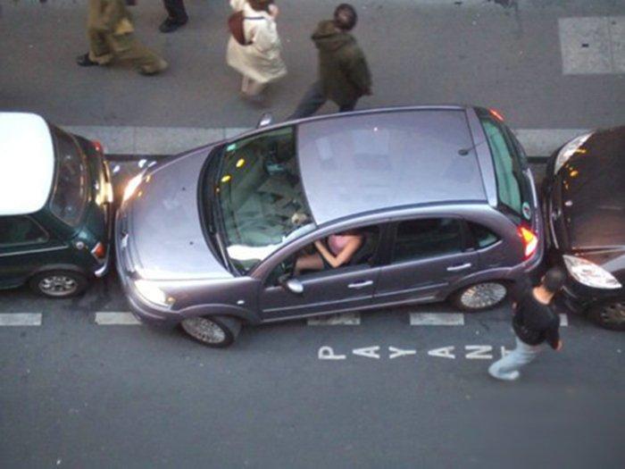 parking girl 02 - vtipný obrázok - Kalerab.sk